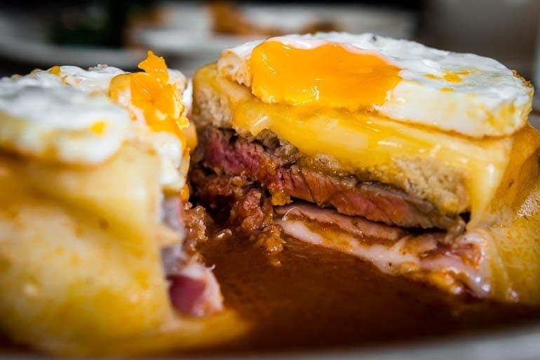 Francesinha do Porto com muita carne e um ovo frito por cima