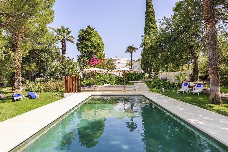 Piscina no jardim da Vila Monte Farm House - um dos melhores locais onde ficar no Algarve para relaxar