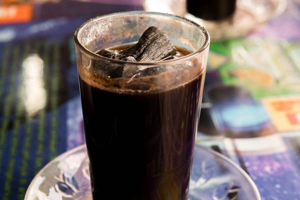 O kopi joss na Indonésia é um café muito tradicional feito com café aquecido com brasa