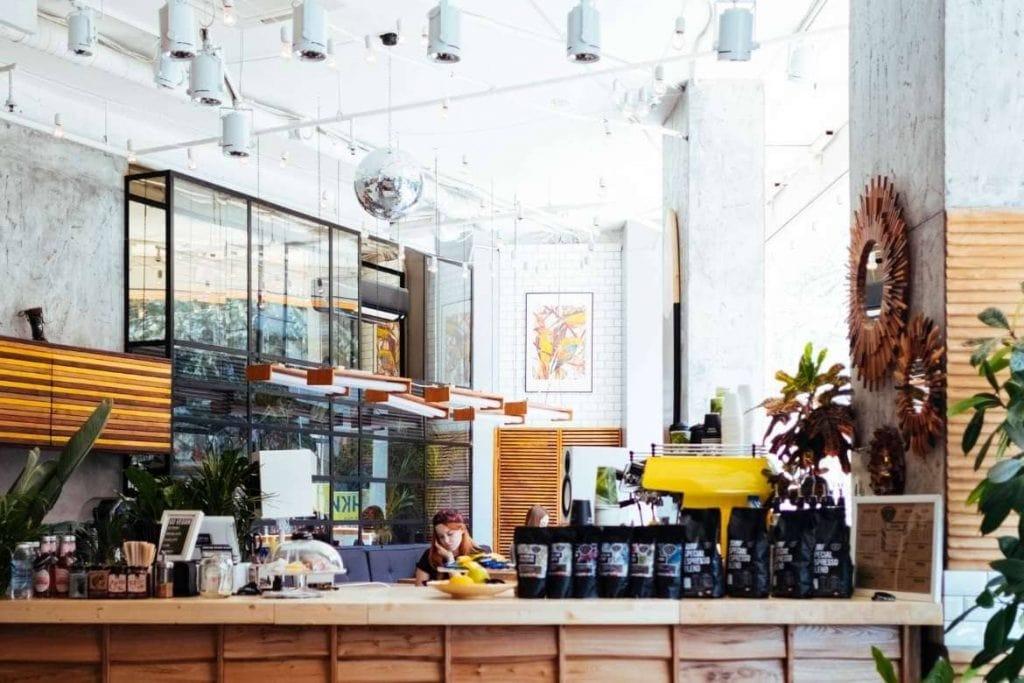 o interior de uma cafeteria moderna