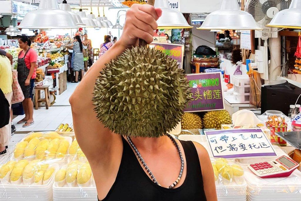 visita a um mercado local na tailândia para conhecer ingredientes exóticos em uma viagem gastronômica pelo sudeste asiático