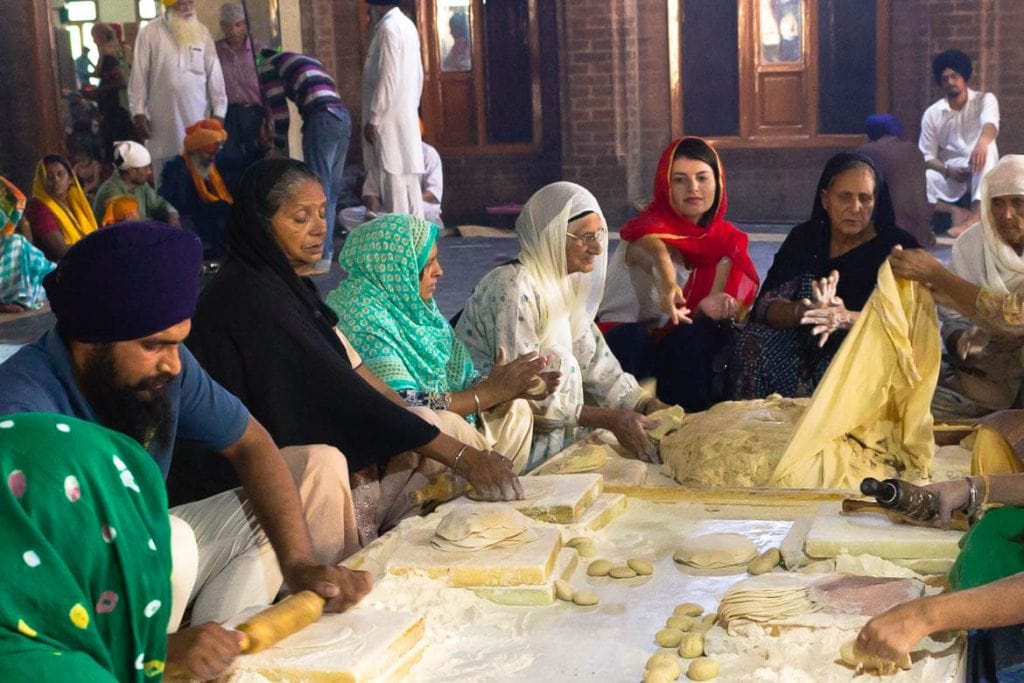 uma visita à cozinha do templo dourado em Amritsar para fazer comida indiana também é uma viagem gastronômica