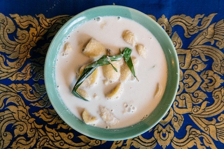 banana cozida no leite de coco é uma sobremesa tailandesa muito popular
