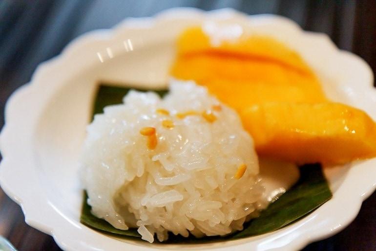 Prato com arroz glutinoso e manga, muito típico da Tailândia