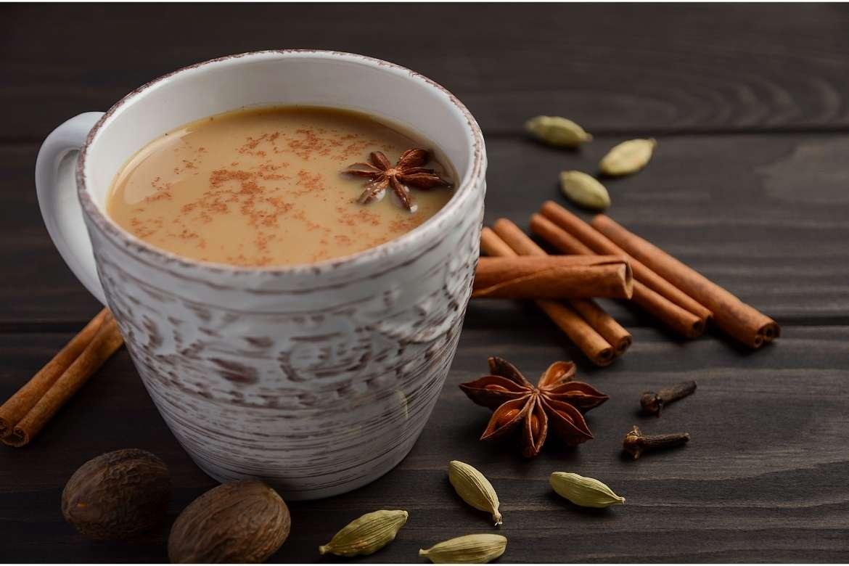 xícara com masala chai e especiarias