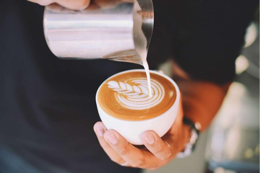 preparo do café com leite na xícara