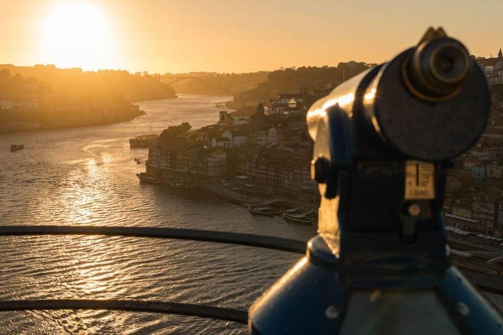 mirante do mosteiro da serra do pilar com a vista da cidade de porto no por do sol