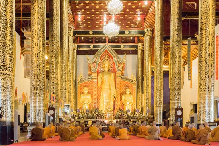 monges budistas theravada no templo durante cerimonia