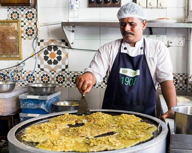 cozinheiro preparando o murtabak na cidade de Penang na Malásia