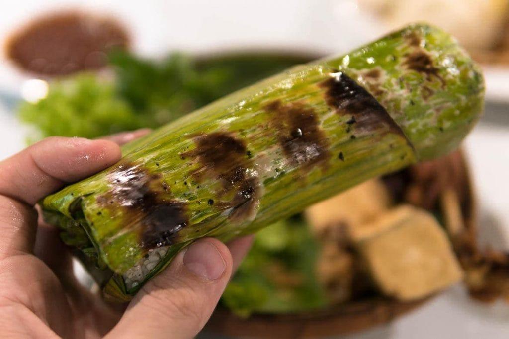 arroz cozido no vapor e depois grelhado na folha de bananeira tradicional da Indonésia