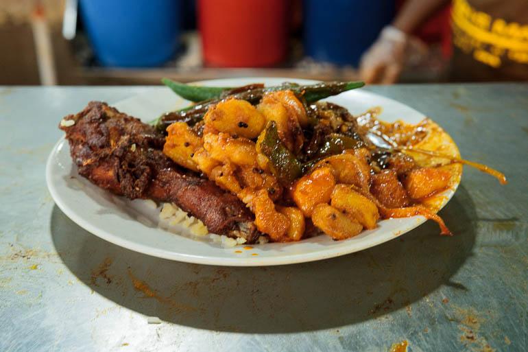 Nasi Biryani com frango frito um dos pratos típicos da Malásia servido em restaurante Nasi Kandar