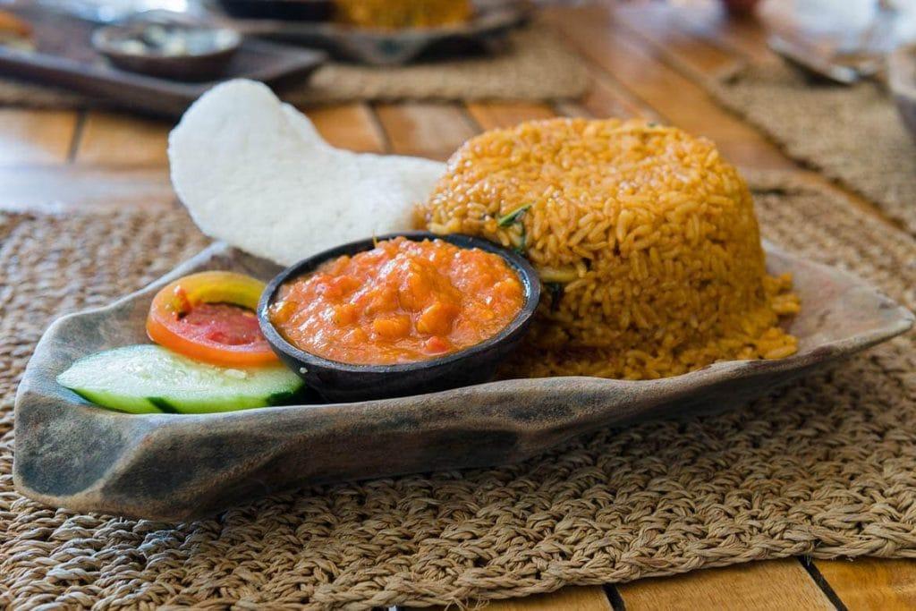 nasi goreng, arroz frito acompanhado com molho de tomate e pimenta