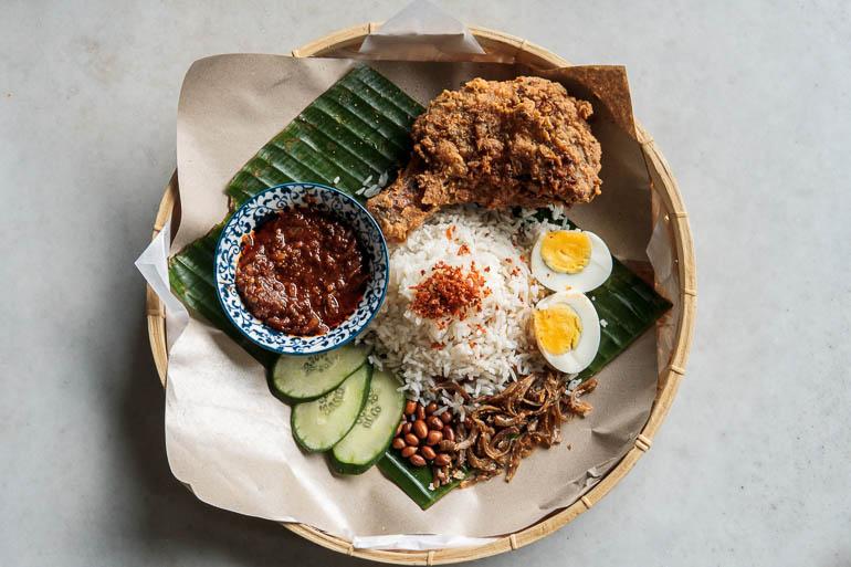 Nasi Lemak, prato típico da culinária malásia com arroz, ovos, sambal, anchovas e frango frito