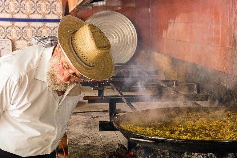 Escutando o arroz para o socarrat da Paella Valenciana