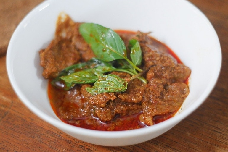 Tigela com Panang Curry, curry tailandes engrossado com amendoim