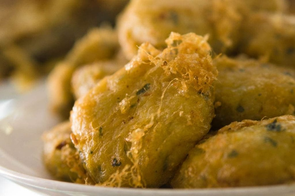 bolinho de batata empanado frito comida típica da Indonésia