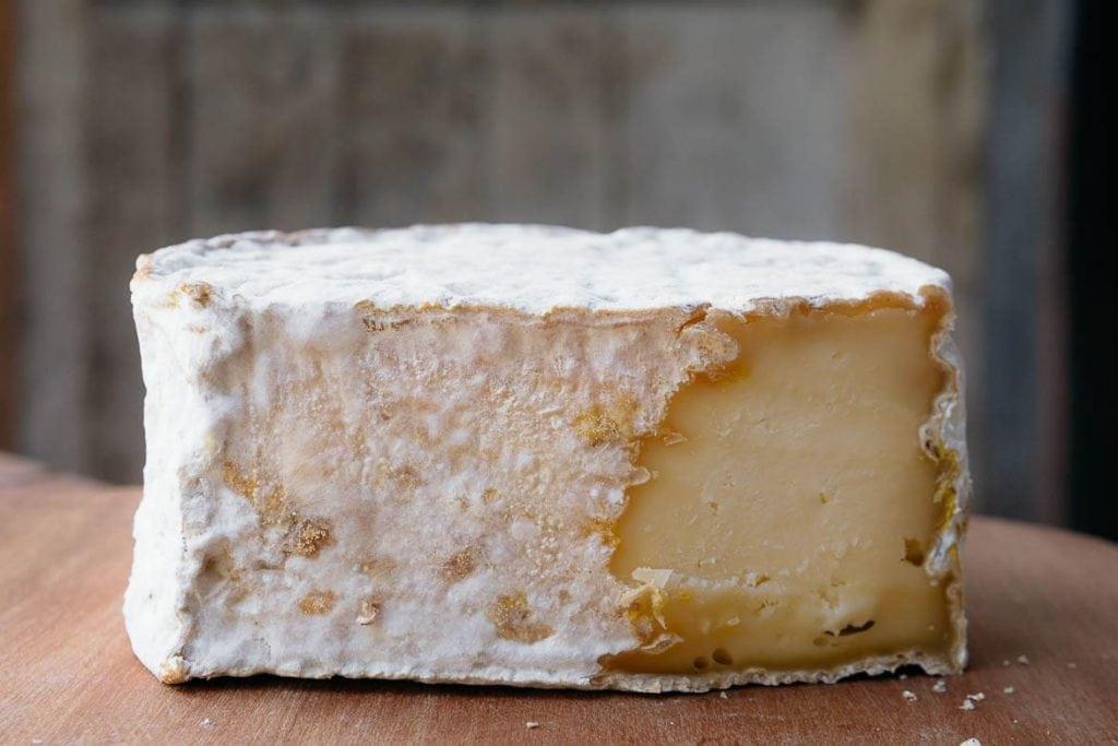 Queijo do Serro Maturado de leite cru da Fazenda bom Sucesso do produtor chokito