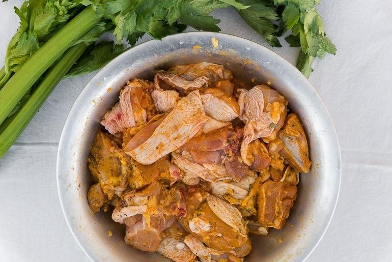 Como fazer galinhada - Frangos temperados em uma tigela