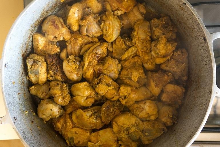 Como fazer galinhada - Pedaços de frango dourados na panela