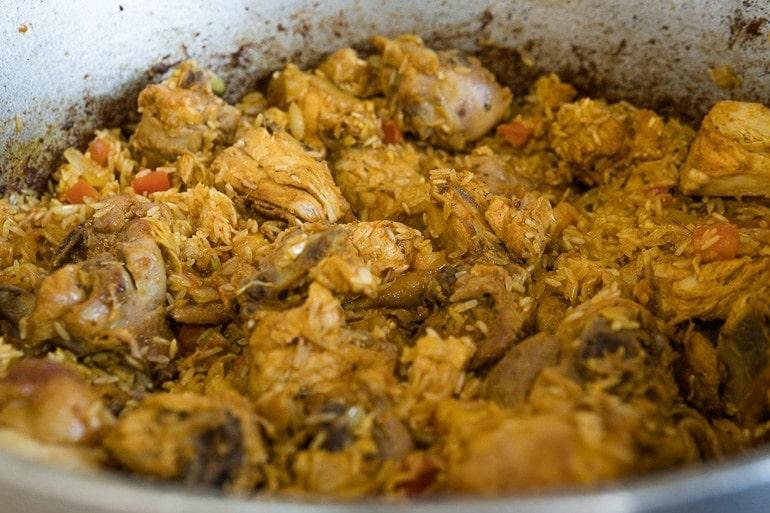 Como fazer galinhada - Quase todos os ingredientes na panela, refogado, arroz, frango