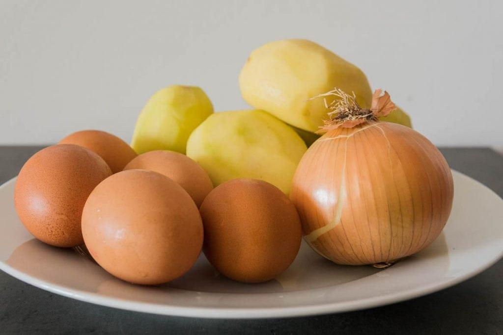 ingredientes para fazer tortilla espanhola ovos cebola e batatas