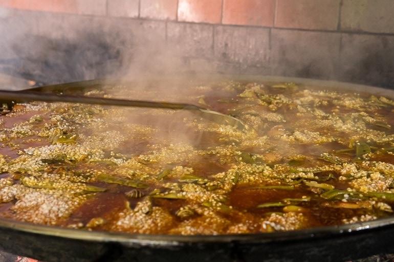 Cozinha o arroz para a Paella