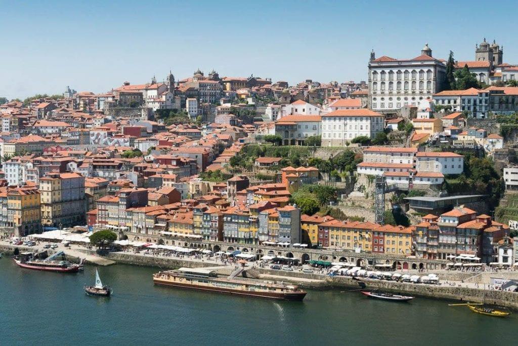 vista do cais da ribeira em Porto