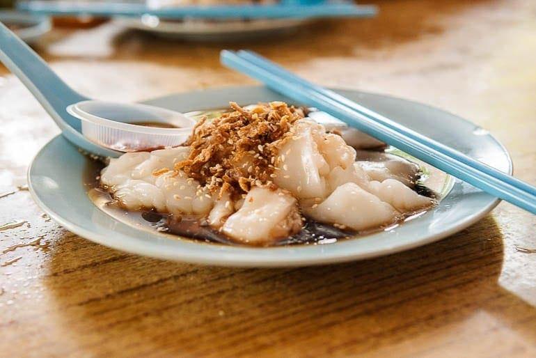 Chee Cheong Fun, um dos pratos típicos da Malásia com molho de soja e cebola frita