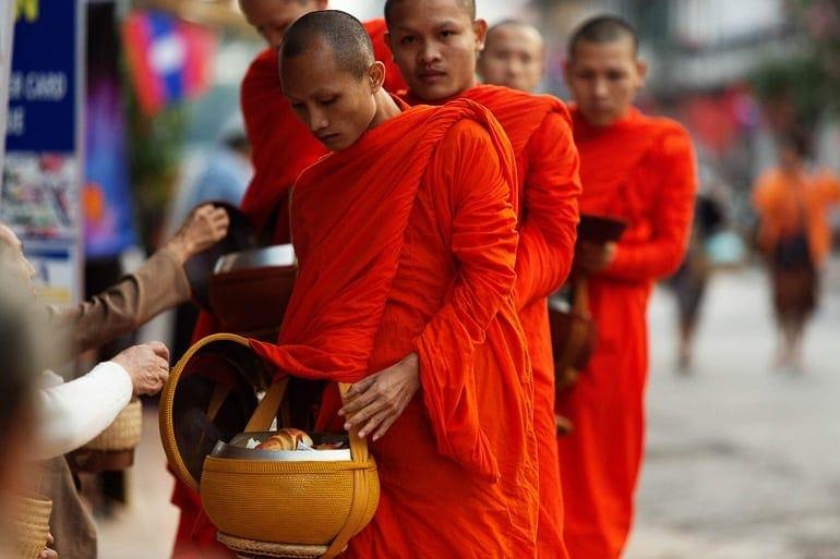 alimentacao dos monges budistas theravada durante a ronda das almas