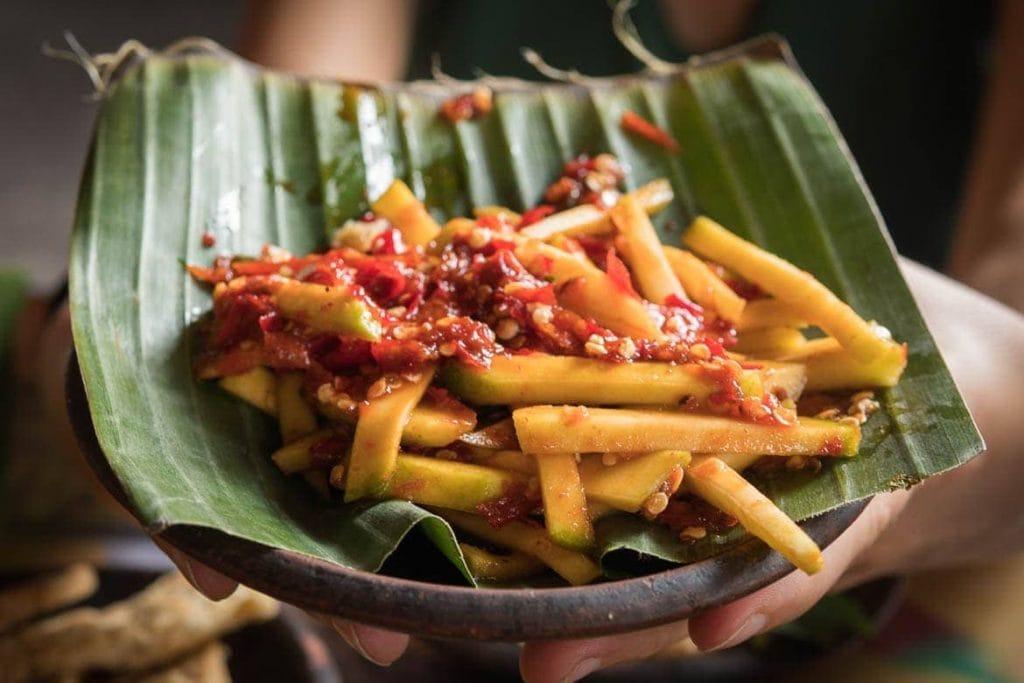 Salada de manga com molho de pimenta sambal da Indonésia
