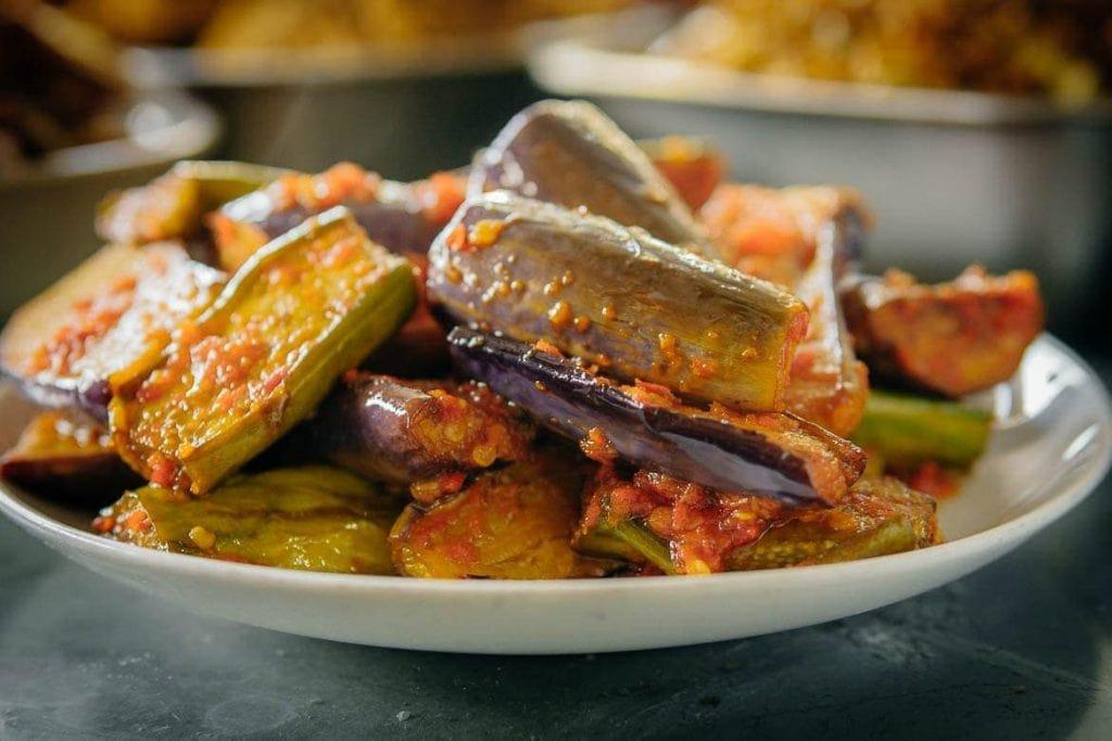 Prato vegetariano da Indonésia de berinjela com molho de pimenta sambal