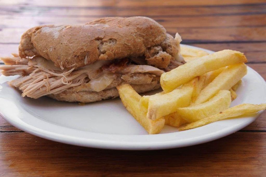 O sande de leitão é um sanduíche típico de Portugal