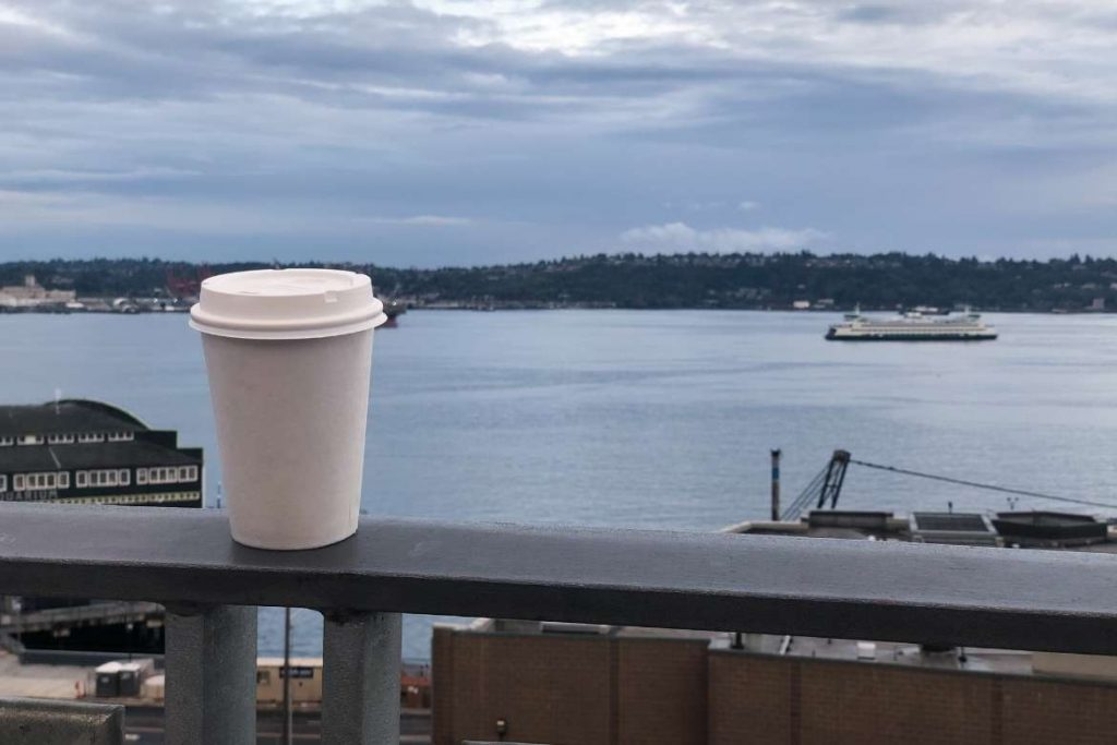 café em Seattle com a água no fundo
