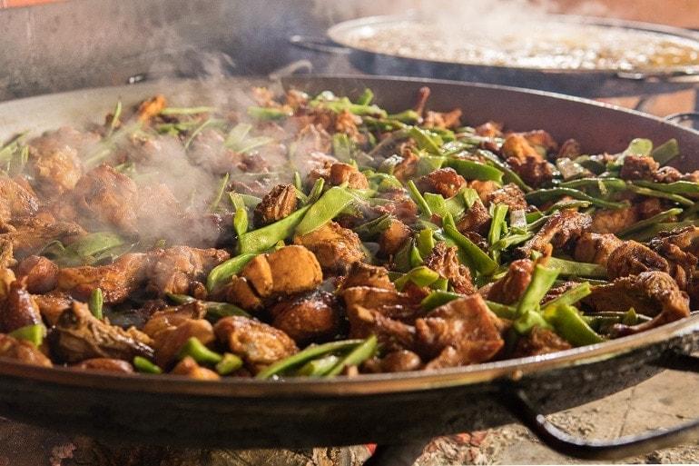 refogando a Paella com carnes e vagem