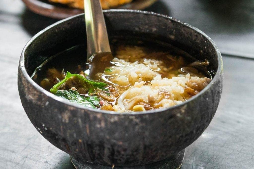 Sopa de carne da Indonésia chamada Soto Bathok