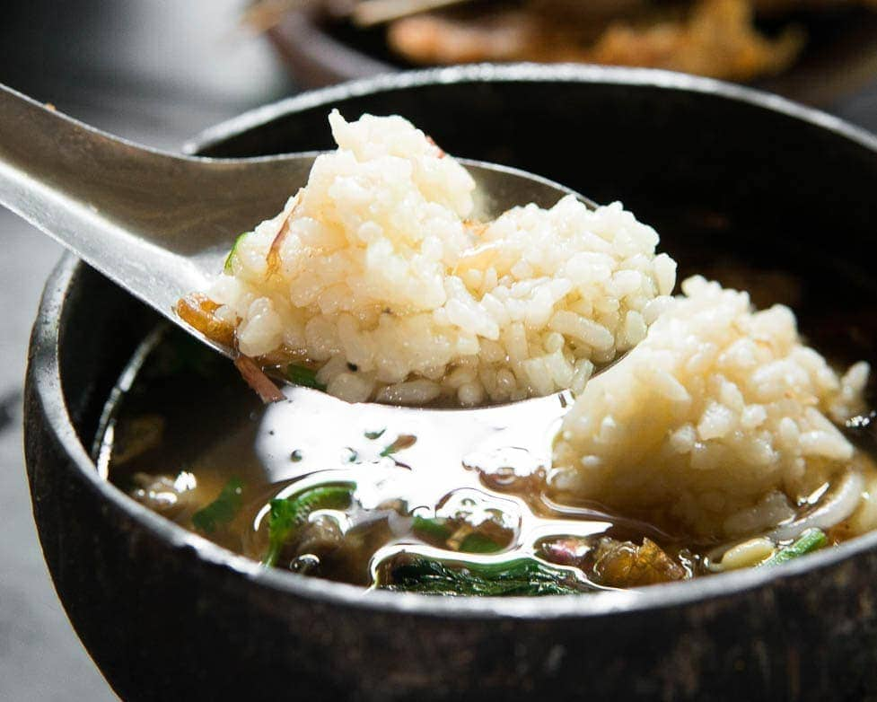 Sopa de carne com arroz da Indonésia chamada Soto Bathok