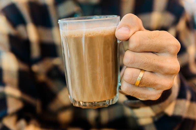 Copo de vidro com teh tarik bebida típica da Malásia