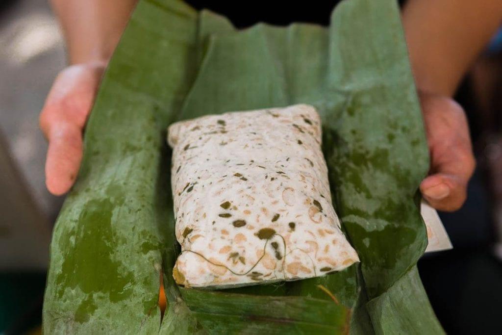 Tempeh é uma comida fermentada típica da Indonésia feita com soja e levedura