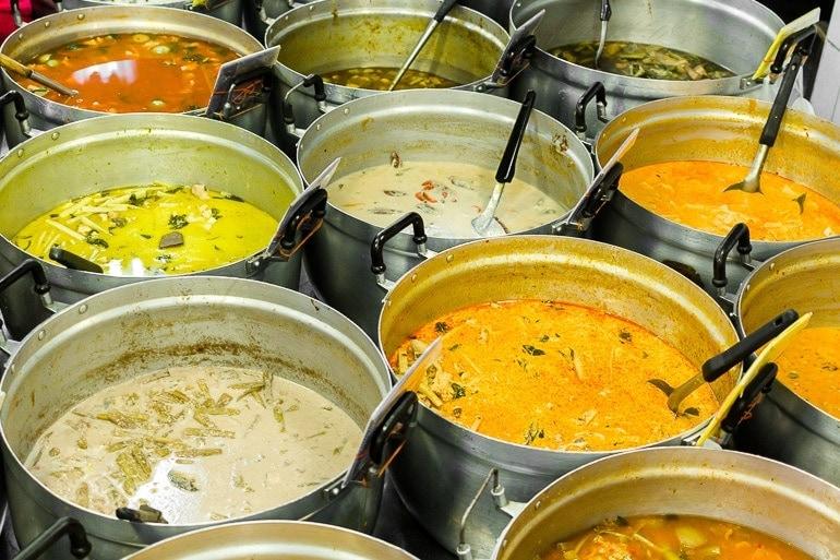 panelas com vários tipos de curry tailandês, o curry serve como base para muitos pratos típicos da Tailândia
