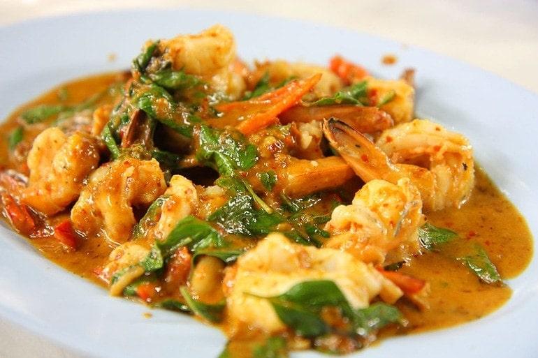 curry vermelho com camarão, um prato muito típico da Tailândia