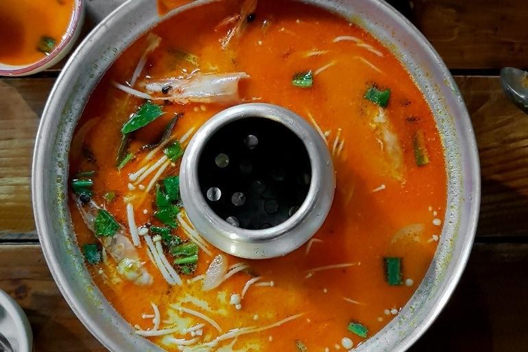 Tom Yum é um dos pratos típicos da Tailândia mais saborosos, uma sopa quente azeda e picante.