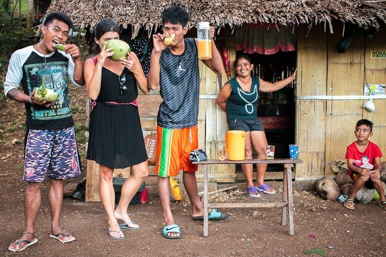 Experimentando o vinho de coco e bebendo coco fresco