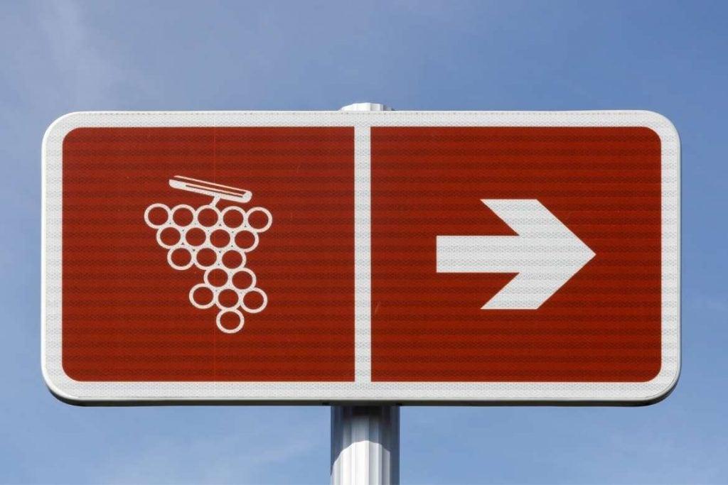 uma placa apontando para as rotas do vinho