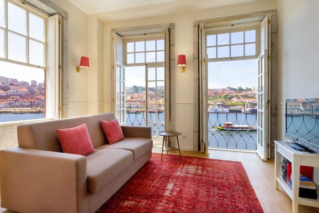 Vista de dentro de um apartamento privado recomendado onde ficar no Porto de frente para o rio Douro