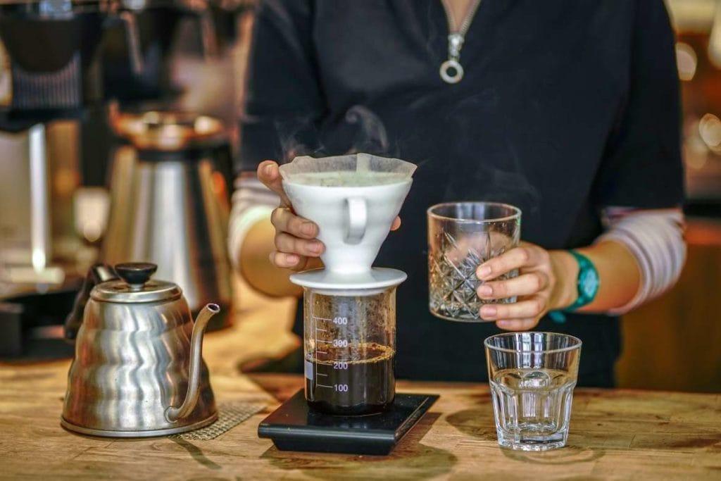 café filtrado e coado em um cafeteria