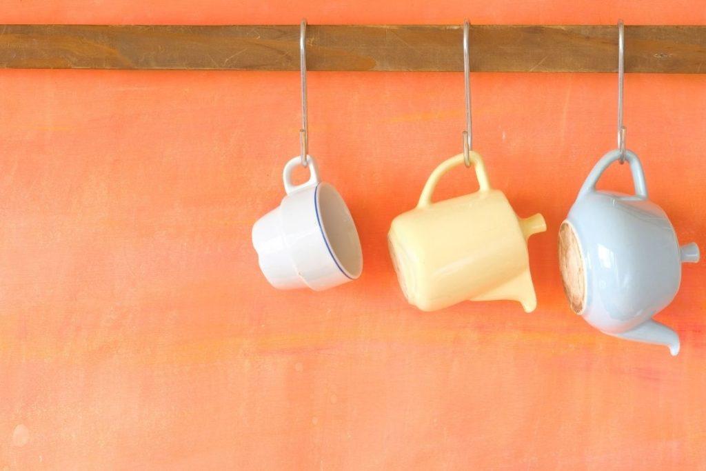 xícaras e potes penduradas na parede