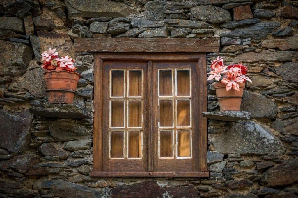 Janelas de madeira em uma Casa de Xisto, Aldeias de Xisto em Portugal