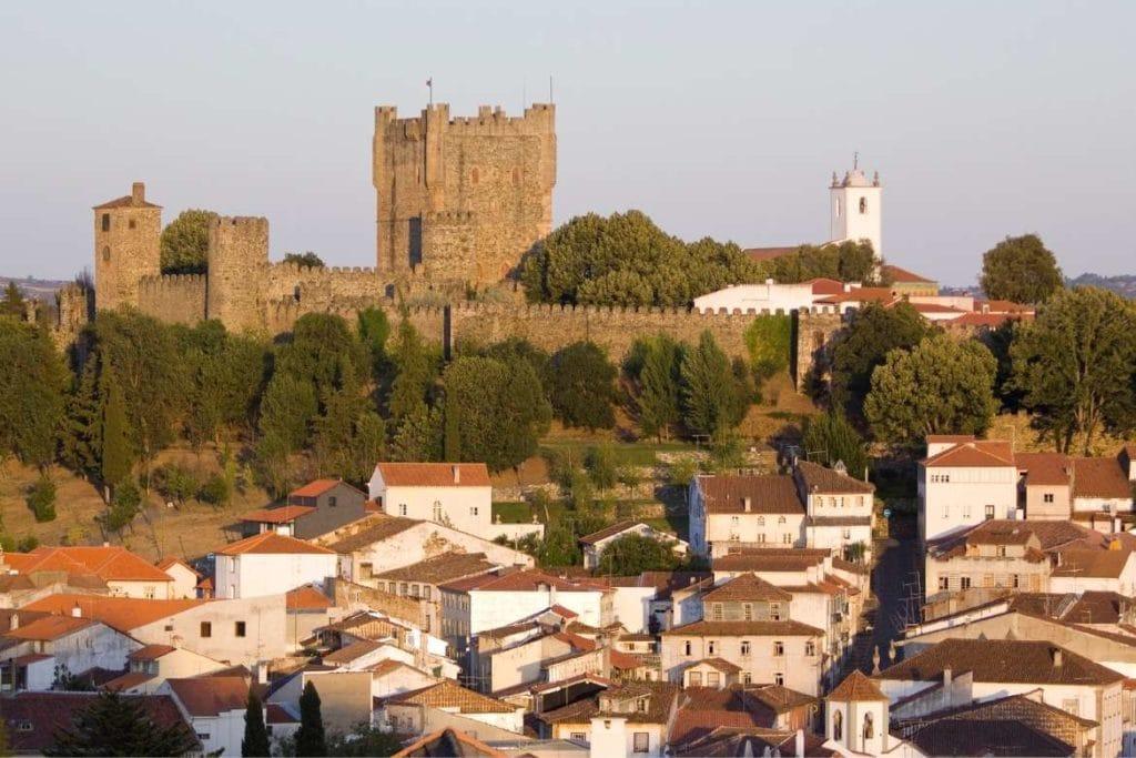 Paisagem da cidade de Bragança com o castelo ao fundo, destino em Portugal