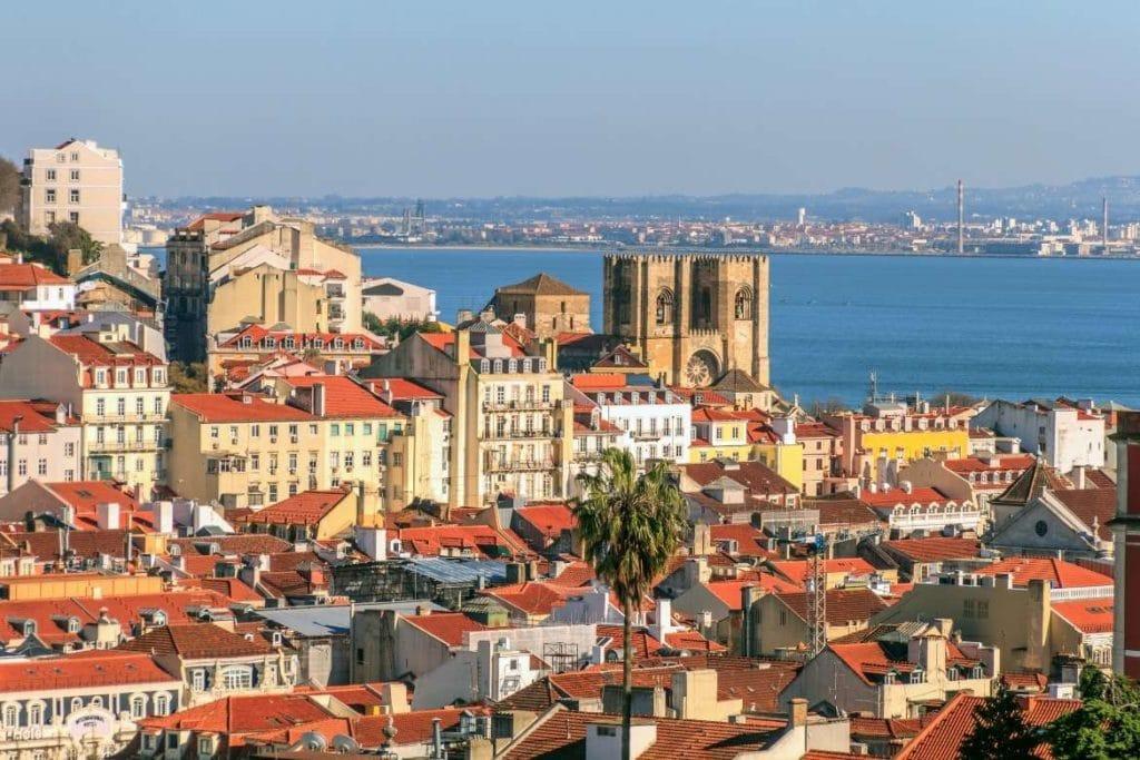 Paisagem de Lisboa com casas típicas e rio Tejo