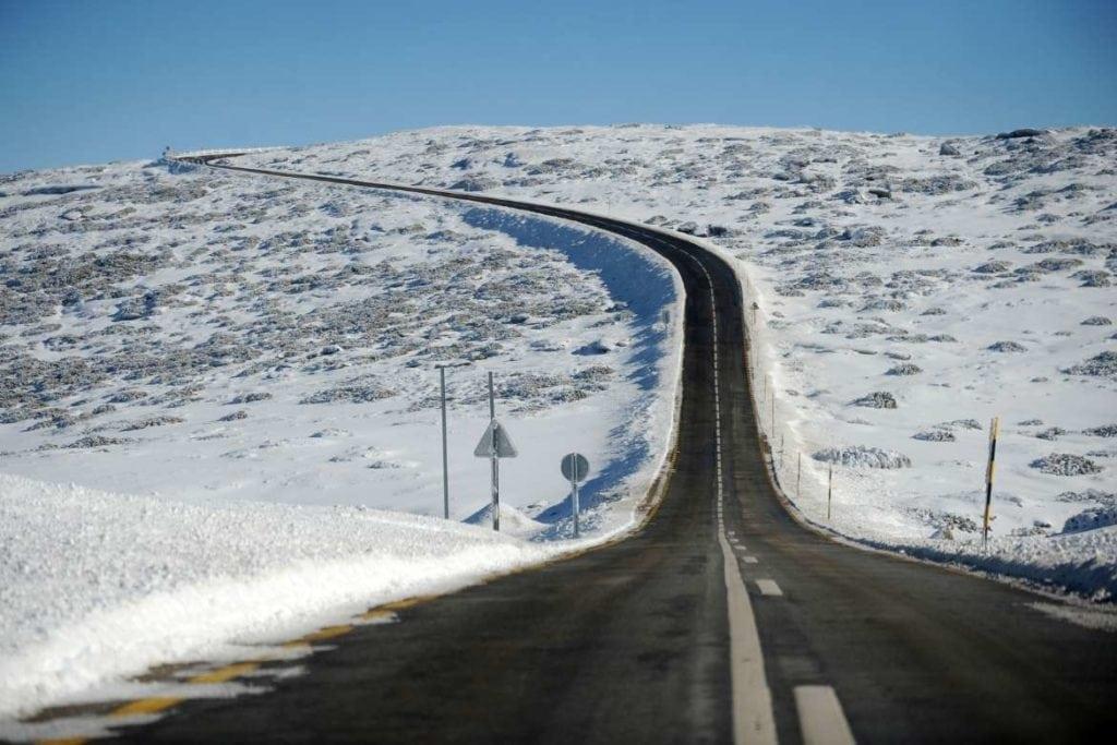 Paisagem de neve ao lado da estrada para a Serra da Estrela, um destino em Portugal